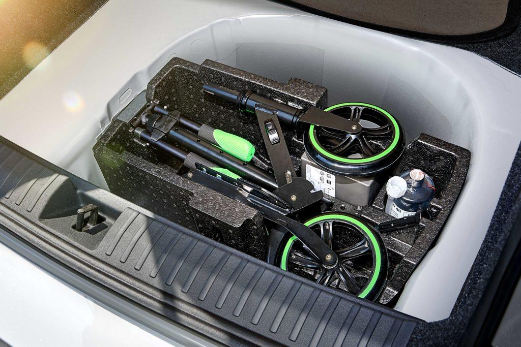 Patent má Škodovka například na uložení skládací koloběžky do zavazadlového prostoru