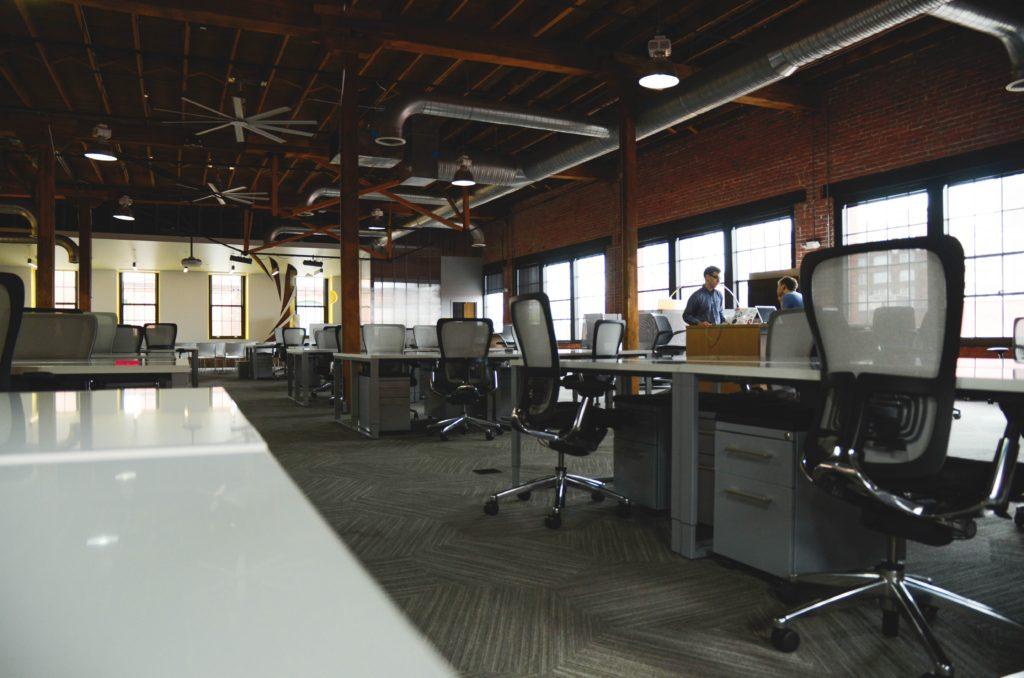 Openspace pracoviště zejí prázdnotou