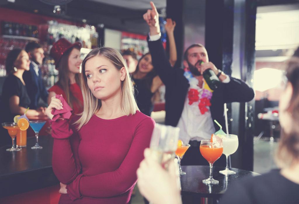 Znuděná dívka na party