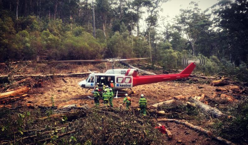 Vrtulníky pomáhají v Austrálii často krotit požáry