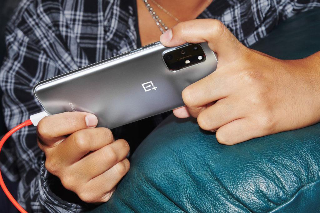 Telefony milujeme. Někdy až moc