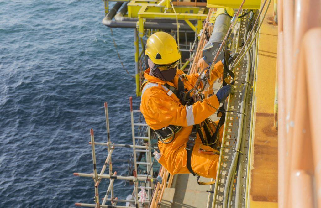 Ani práce na ropné plošině nepatří mezi ty nejbezpečnější povolání...