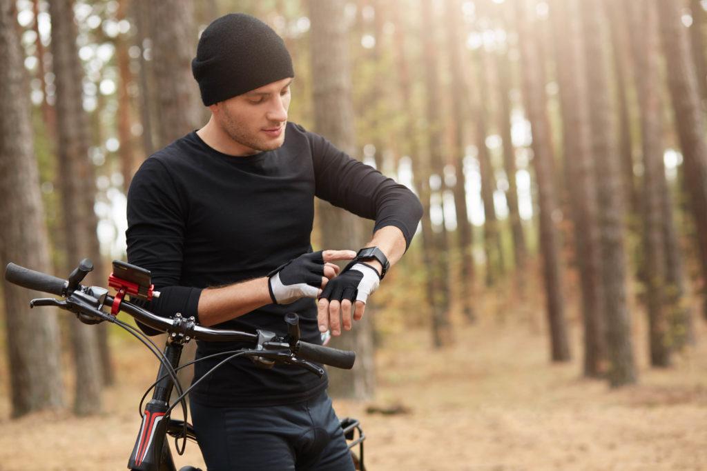 Cyklista s chytrými hodinkami