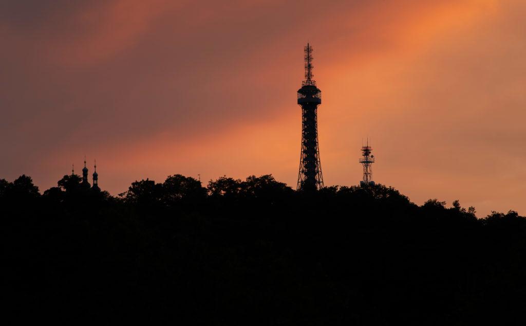 Do tmy se v rámci Earth Hour pravidelně halí také pražská Petřínská rozhledna