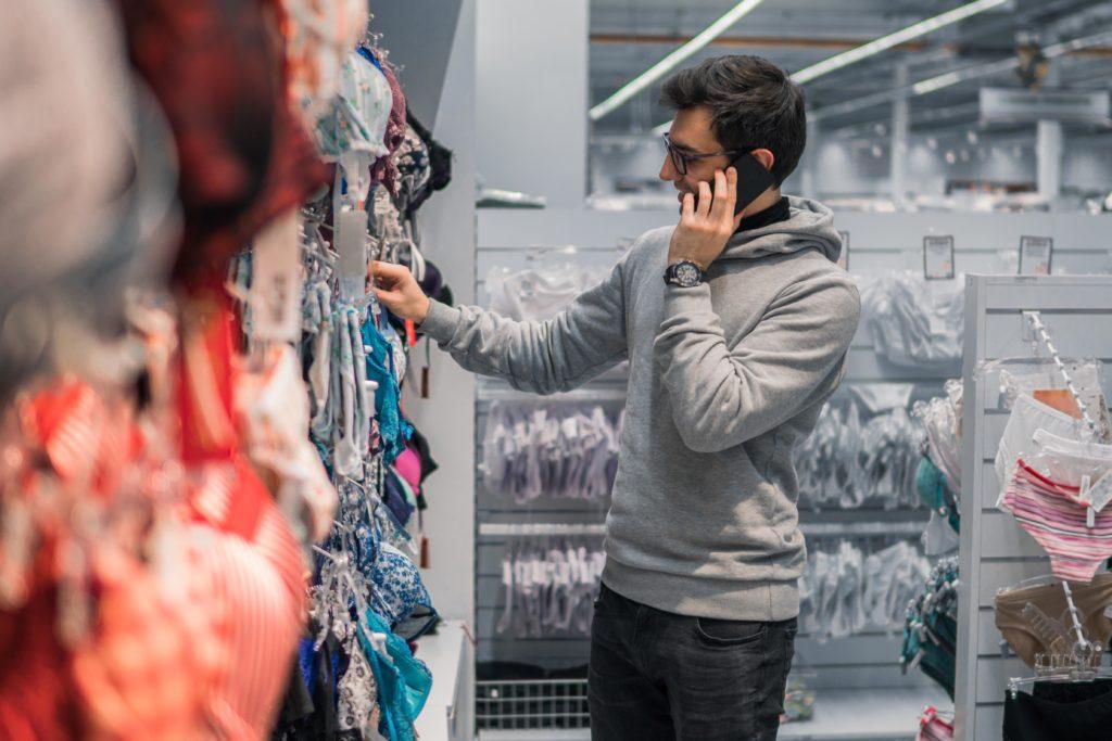 Muž kupuje spodní prádlo