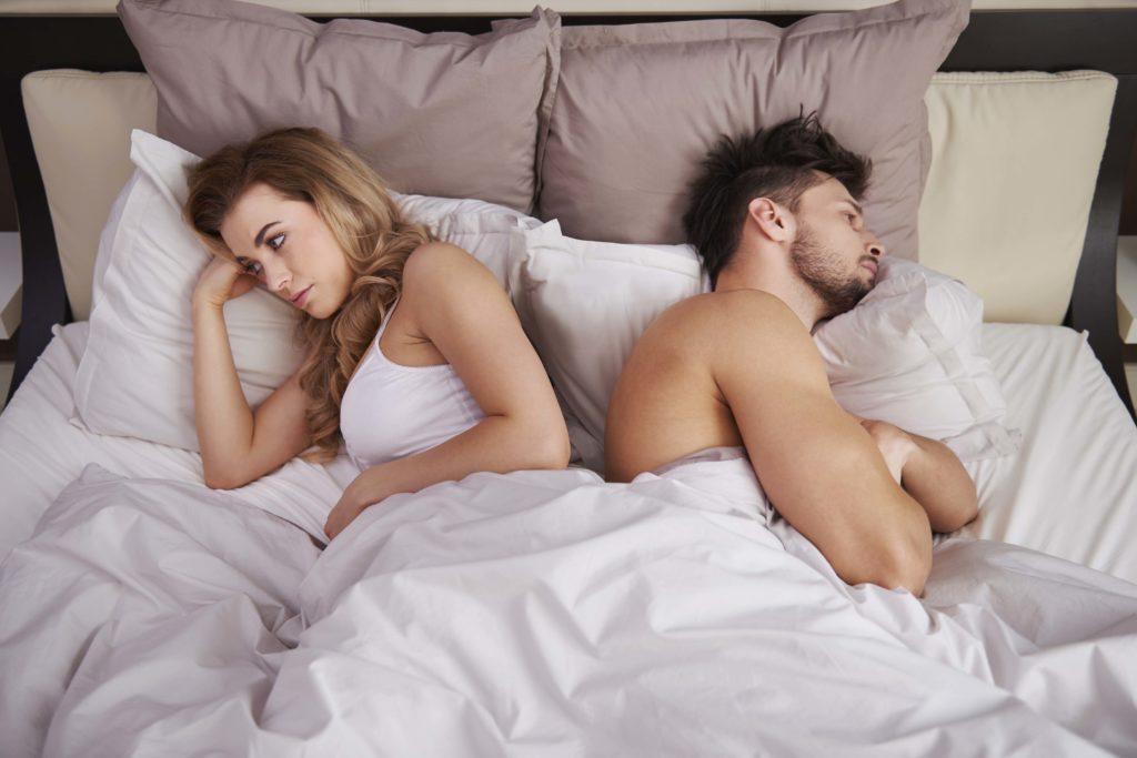 Nespokojený pár v posteli