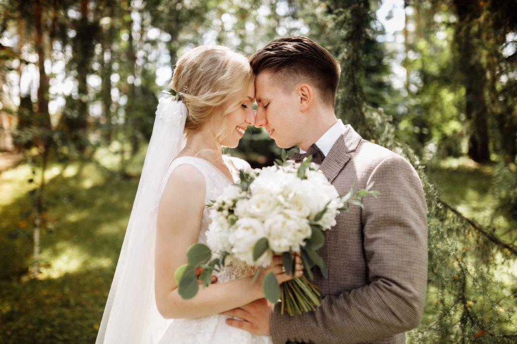 Oblek pro svatbu v přírodě